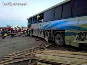 bus Villa Prat chocó con bus agricola ruta 128 100218 01-cqnet