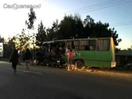 bus Villa Prat chocó con bus agricola ruta 128 100218 02-cqnet