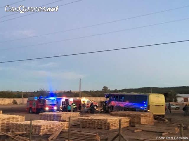 bus Villa Prat chocó con bus agricola ruta 128 100218 05-cqnet