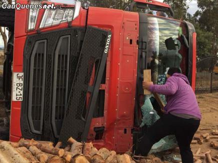 Camion volcado en ruta cauquenes quirihue 070418 01-cqcl