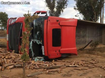 Camion volcado en ruta cauquenes quirihue 070418 02-cqcl