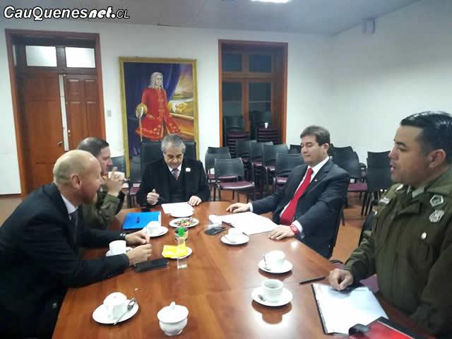 Gobernador Vignolo y jefes policiales cauquenes 260418 01-cqcl