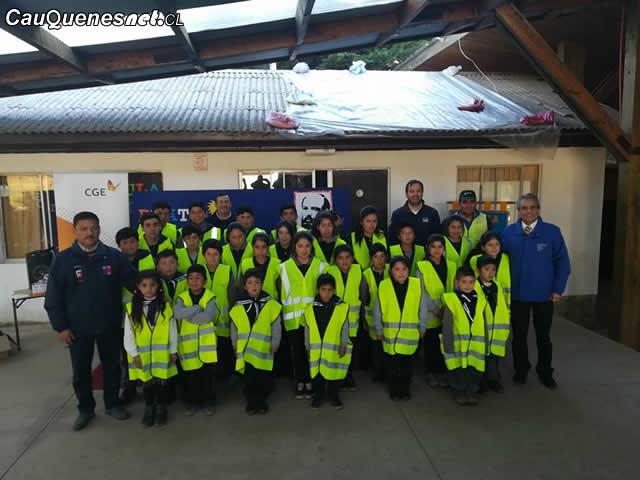 Alumnos de El Trozo reciben implementos de seguridad CGE 01-cqcl