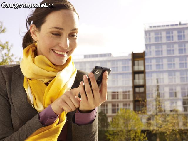 Consumidora con celular 01-cqcl