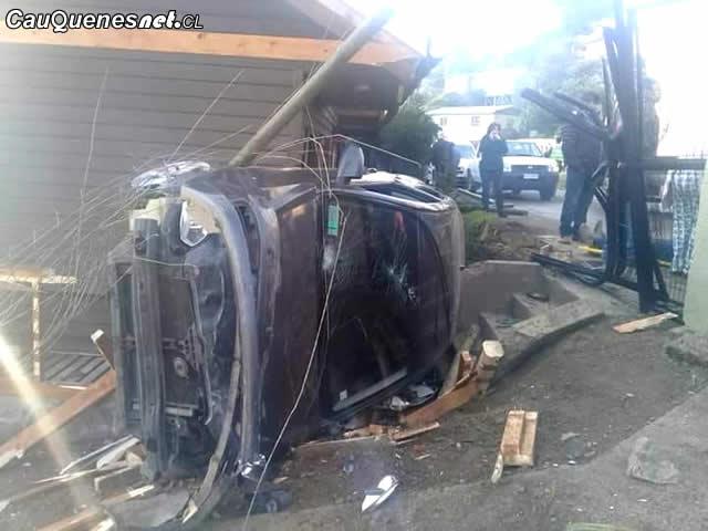 Automóvil quedó incrustado en patio de vivienda en Pelluhue