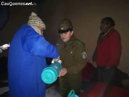 Carabineros y gobernador vistan personas en situacion de calle 02-cqcl