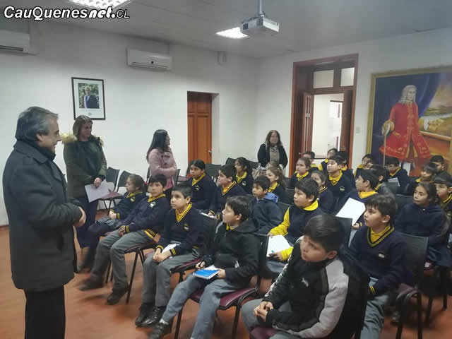 Gobernador con alumnos Esc Los Conquistadores 01-cqcl