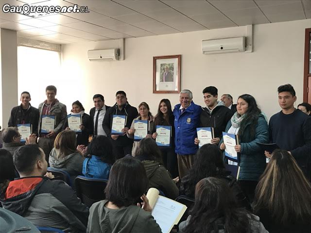 Entregan certificados de becas de educación superior a nuevos alumnos de Cauquenes
