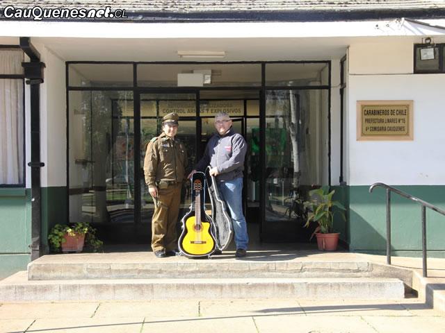 Carabineros devolvió guitarra robada en Cauquenes