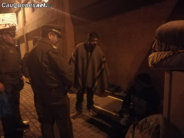 Carabineros y Gobernador de Cauquenes salieron a entregar café a personas en situación de calle