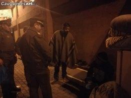 Carabineros y gobernador ruiz asisten a personas de la calle 03-cqcl