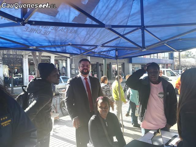 Gobernación de Cauquenes instaló stand en Feria Libre para atención de extranjeros