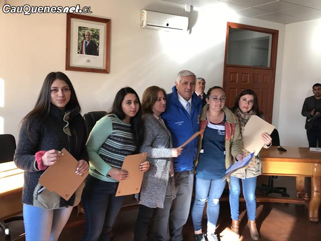 Municipalidad de Cauquenes entregó becas especiales