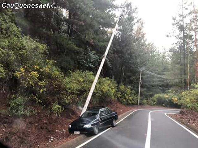 auto choca poste camino pelluhue 081018 01-cqcl