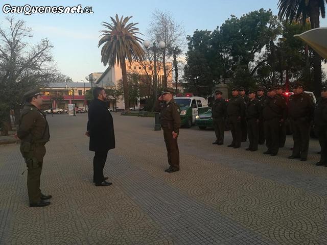 Gobernador Ruiz en cambio de guardia Carabineros 01-cqcl.png