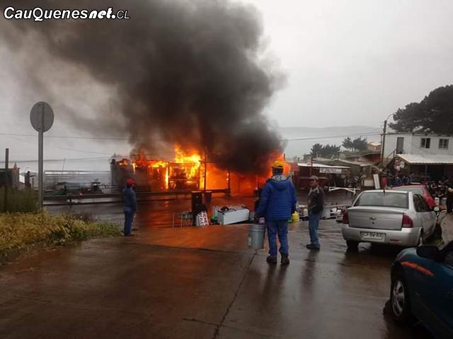 Incendio en caleta Pellines 201018 01-cqcl