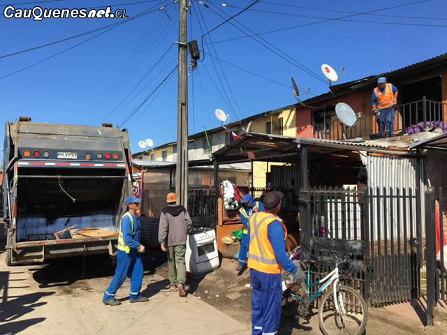 Municipio de Cauquenes continúa labores de limpieza tras incendio en Villa Esperanza