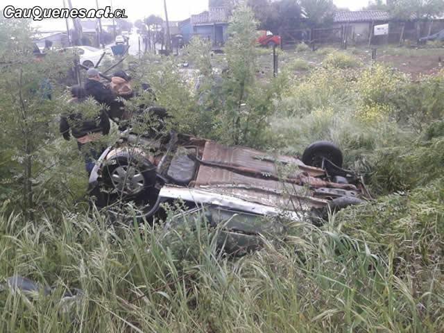 Auto quedó volcado en el By Pass de Cauquenes