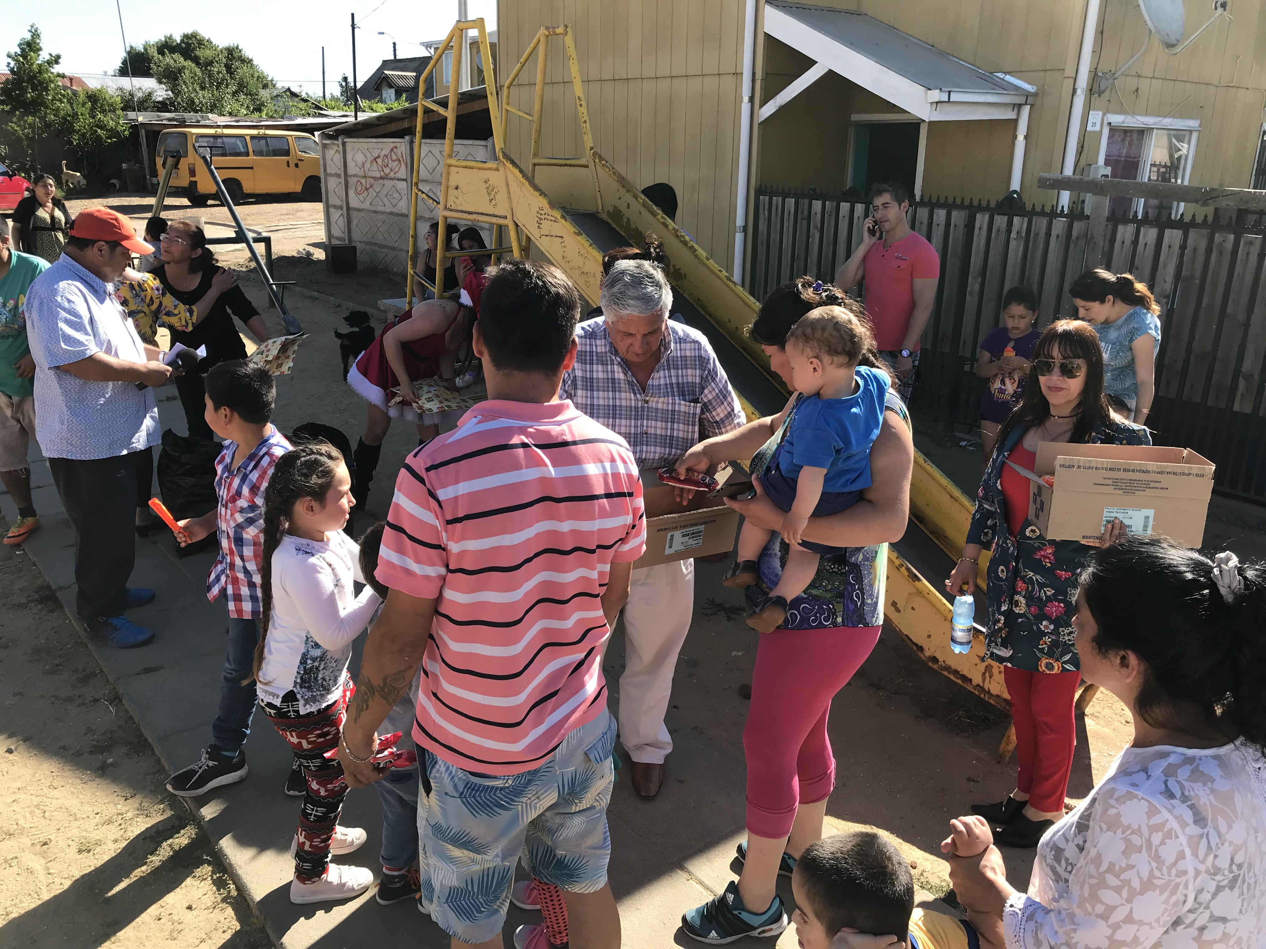 Alcalde de Cauquenes entregó más de 6 mil juguetes cumpliendo manda personal