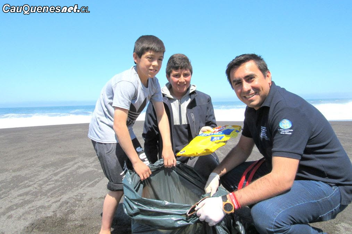 Seremi del Medio Ambiente desarrolló operativo de limpieza de playa en la comuna de Chanco