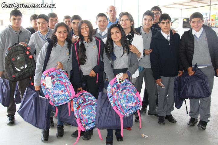 Más de mil alumnos de Chanco recibieron mochilas y útiles escolares