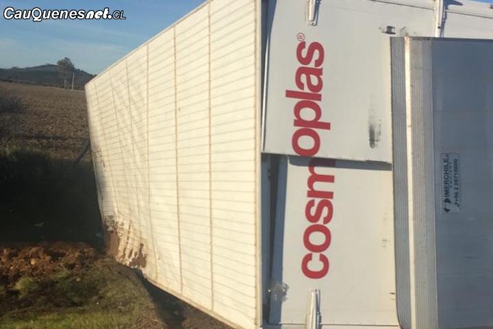 Cauquenes: Un camión volcó en el sector Culenco
