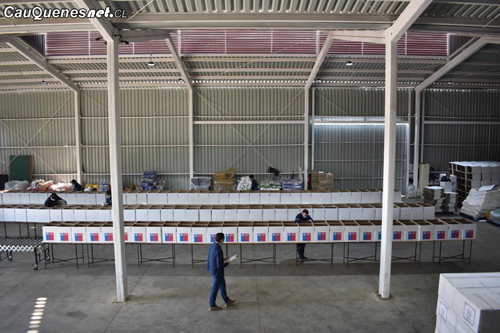 Intendente Milad visita planta donde se están armando las cajas de alimentación