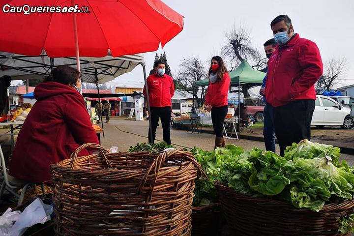 Autoridades recorren Feria Libre de Cauquenes para verificar la cadena de abastecimiento