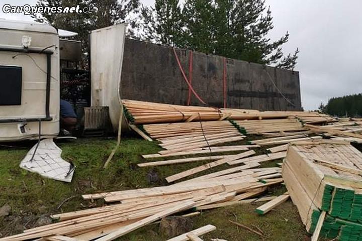 Camión con madera volcó en la ruta Quirihue – Cauquenes