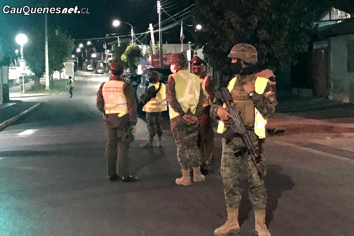 Con la presencia del Ejército en Pelluhue: Gobernador de Cauquenes encabeza fiscalización en horario de Toque de Queda