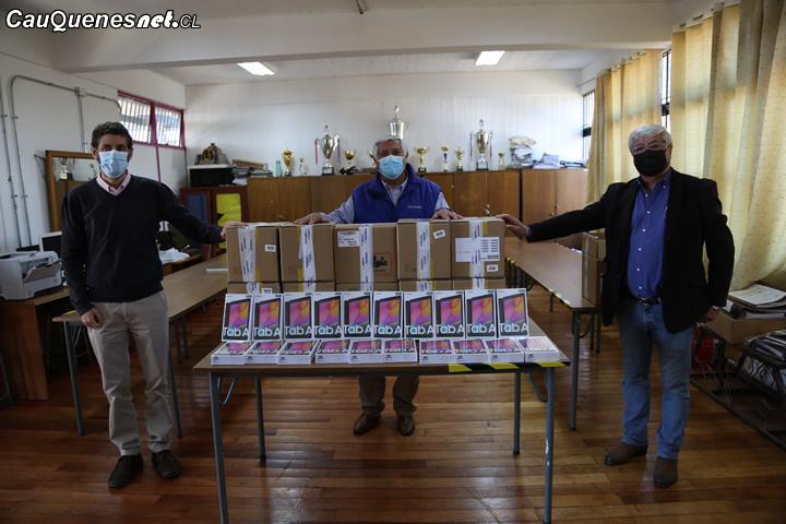 En Cauquenes entregan tablets a alumnos para continuar de mejor manera con la educación a distancia