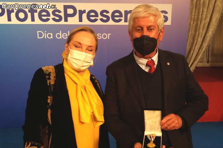 Profesor cauquenino recibió medalla al mérito Gabriela Mistral en La Moneda